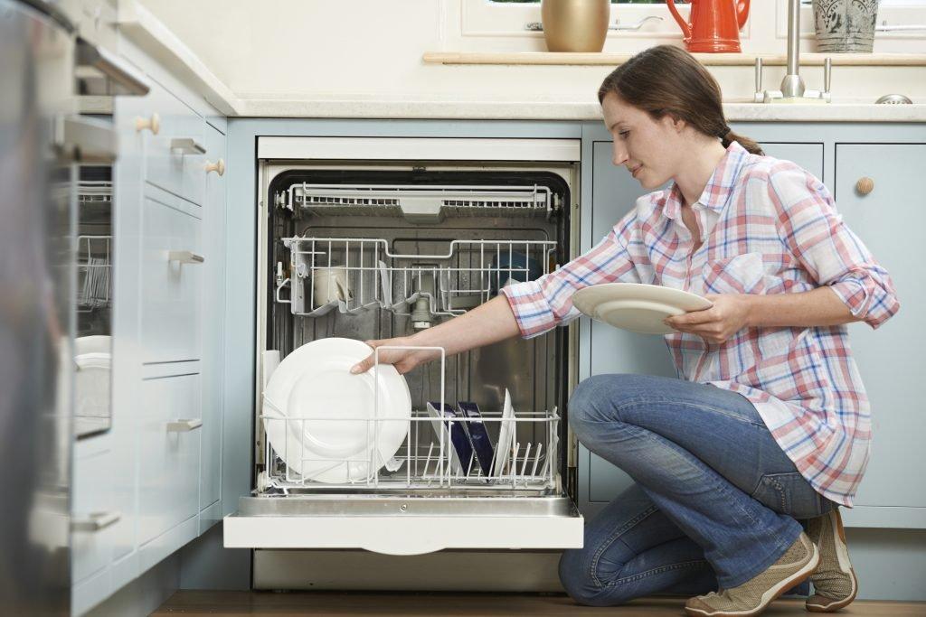 Mujer cargando lavavajillas